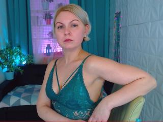 Webcam model AnnyLils from XLoveCam
