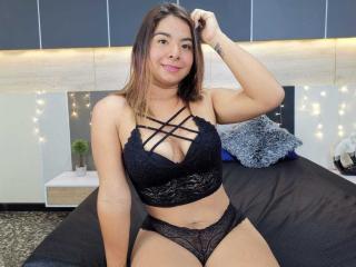 Webcam model CarolinneSmith from XLoveCam