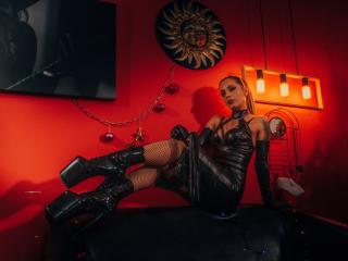 Webcam model EvelynDergan from XLoveCam