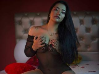 Webcam model LauraCox from XLoveCam
