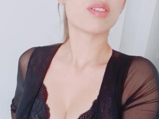 Webcam model LolaBaine from XLoveCam