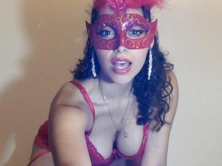 Webcam model MichelleHott69 from XLoveCam