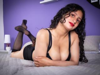 Webcam model YvonneMayer from XLoveCam