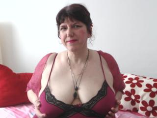 Webcam model MatureAnais from XLoveCam