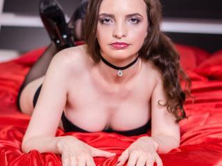 Webcam model CarolineFamous from XLoveCam