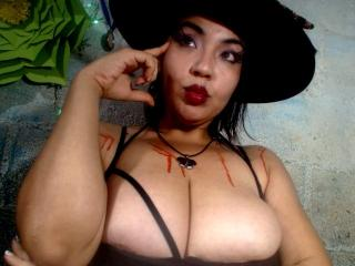 Webcam model QueenSophiee from XLoveCam