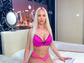 Webcam model YanaJQ from XLoveCam