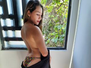Webcam model BellaHoney from XLoveCam